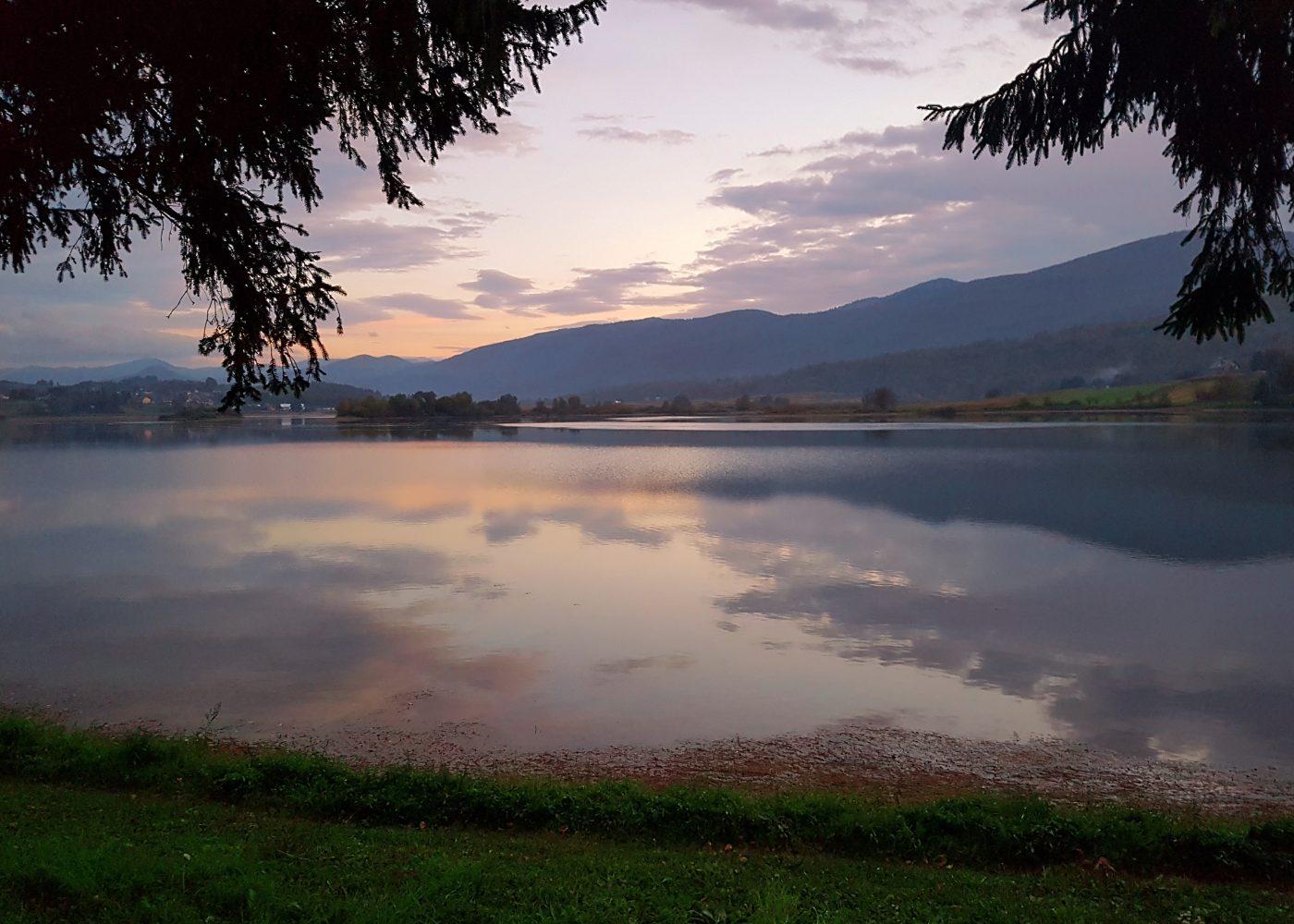 האגם מול הבית באוגולין