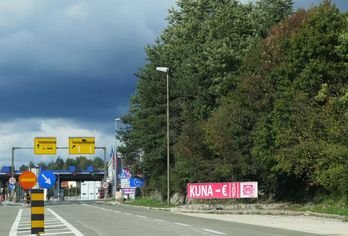 מעבר הגבול לסלובניה, יש לקנות מדבקה לכבישי אגרה השלט מורה שבסלובניה משלמים ביורו.