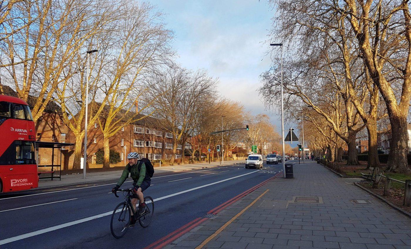 שמש זורחת ושמים כחולים בלונדון
