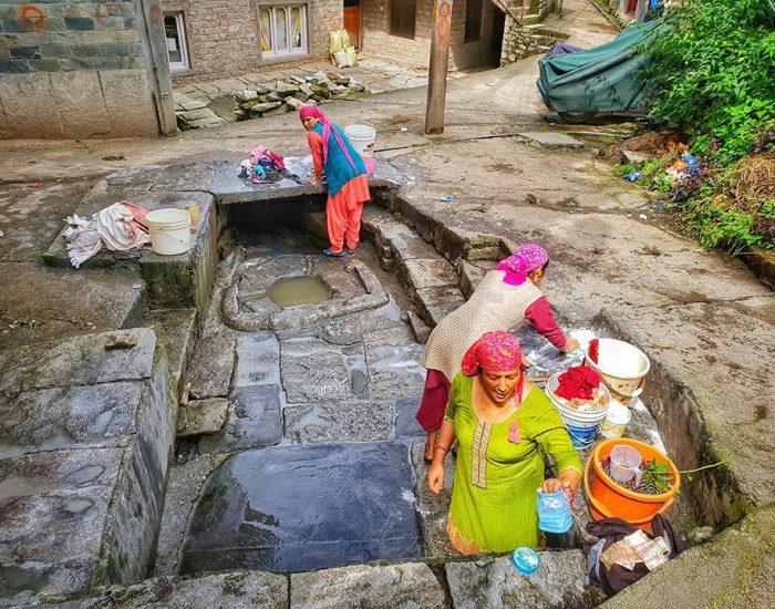 בדרך למפלים, ככה עושים כביסה בהודו