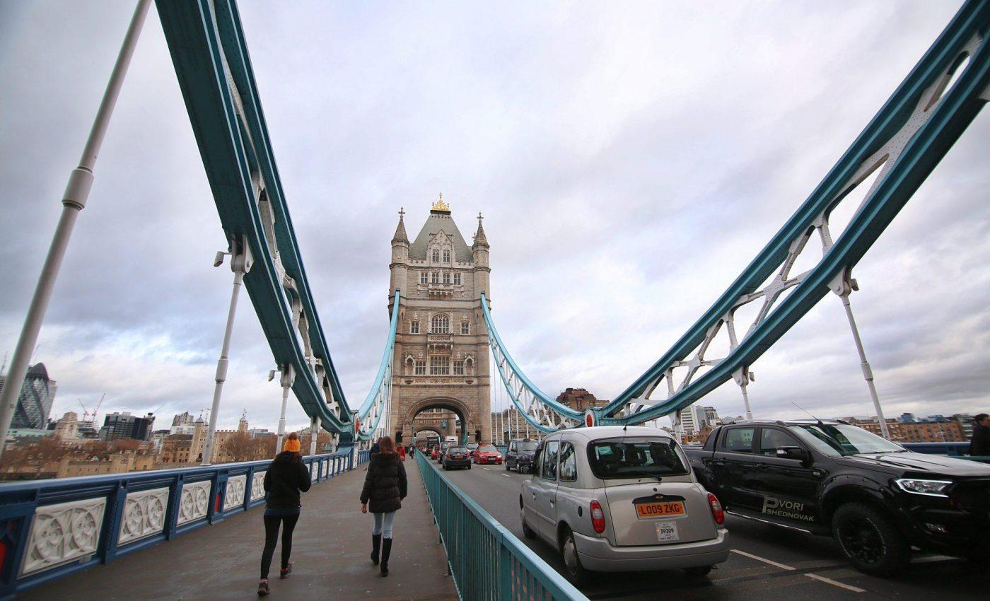 חוצים את גשר מצודת לונדון