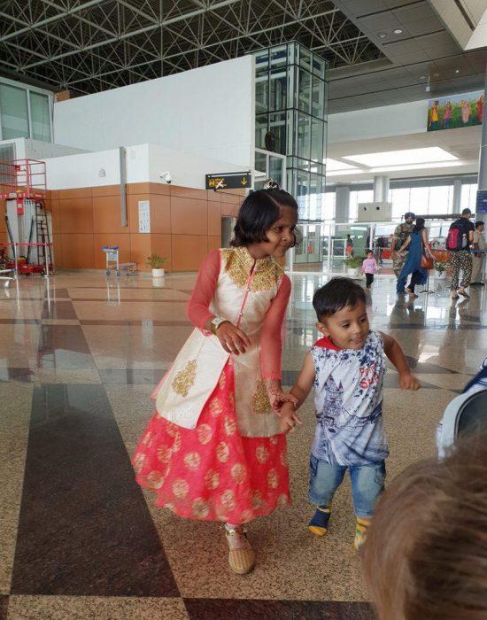 ילדים בלבוש הודי בשדה התעופה