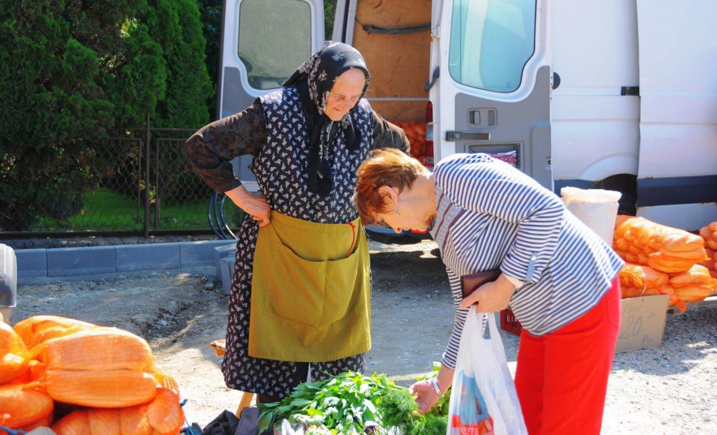 רוכלת מבוגרת מוכרת ירקות