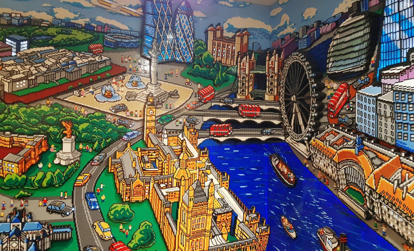 תמונת לונדון מקוביות לגו על קיר ענק בחנות LEGO