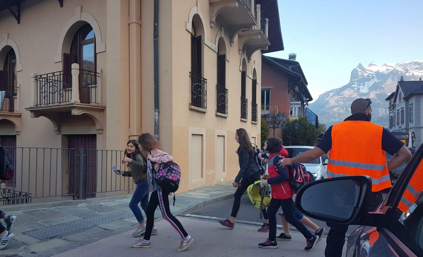 כשיוצאים מוקדם בבוקר רואים ילדים יוצאים לבית ספר