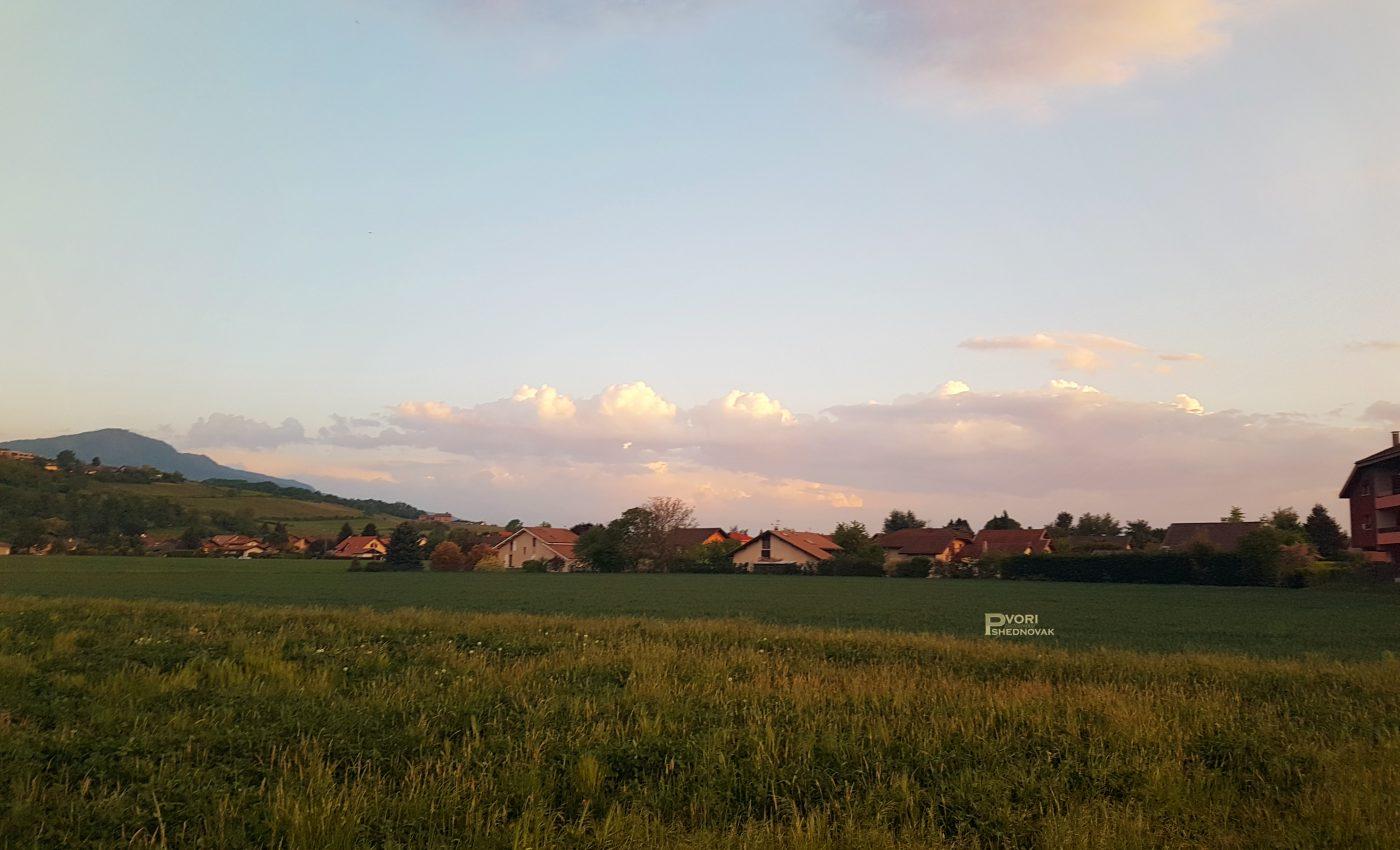 שמש שוקעת צובעת שדות ירוקים