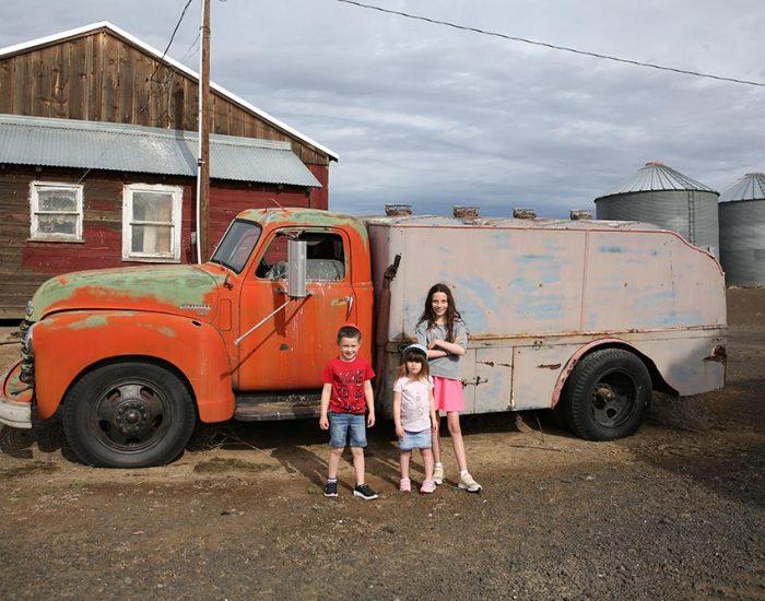 משאית ענתיקה בחצר הבית באורגון