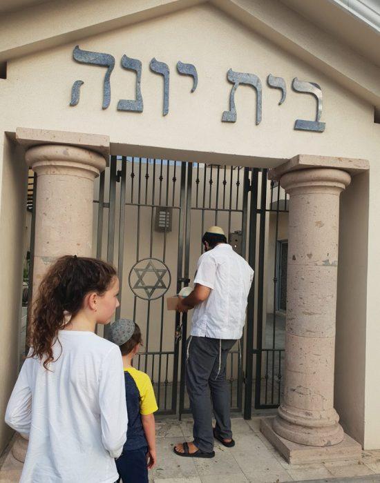 שליח חב''ד פותח לכבודנו את הבית חב''ד