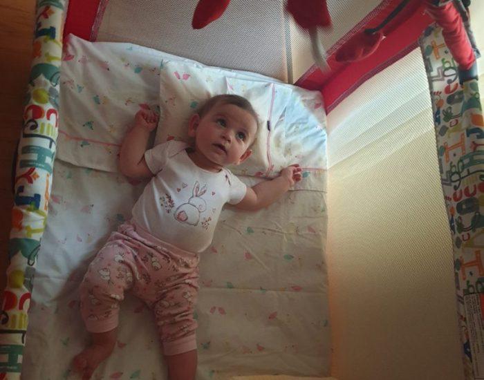 הכינו במיוחד מצעים ורודים לשני (בעלת הדירה בררה אם יש לנו תינוק או תינוקת..)
