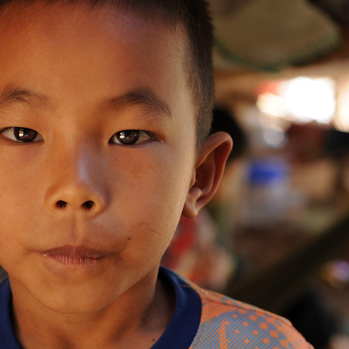 ילד בשבט ארוכות הצוואר