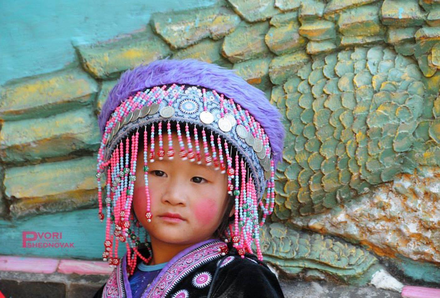 ילדה בלבוש מקומי בדוי סוטפ
