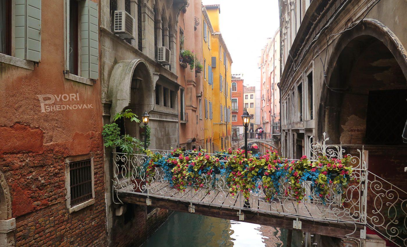 גשרים מקושטים בפרחים ברך לכיכר סן מרקו