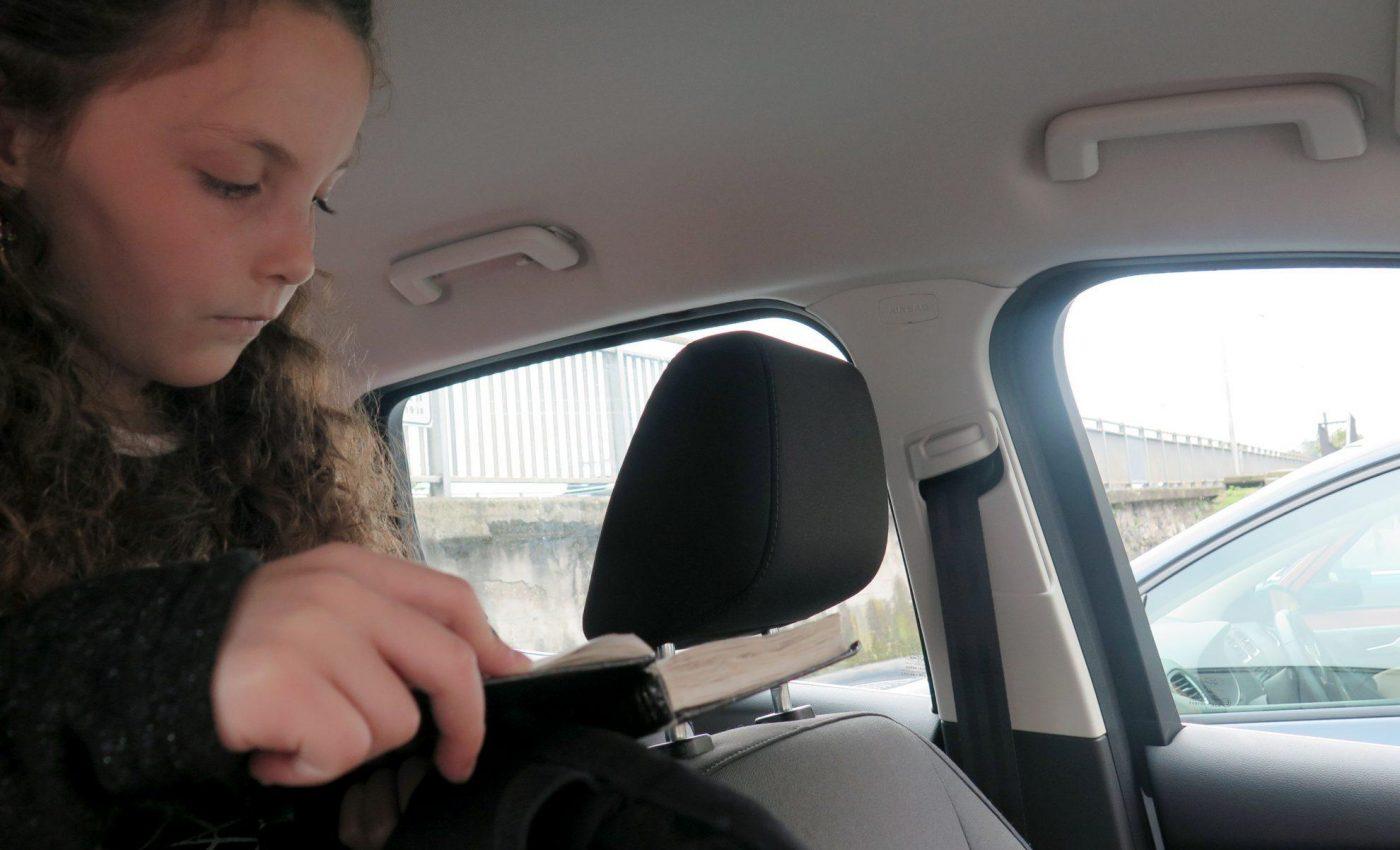 מתפללת באוטו
