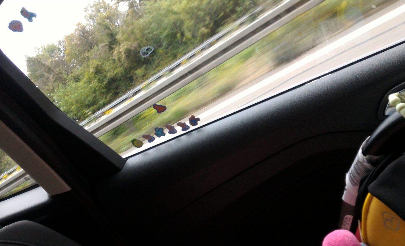 נסיעה עם ילדים-מדבקות על החלון