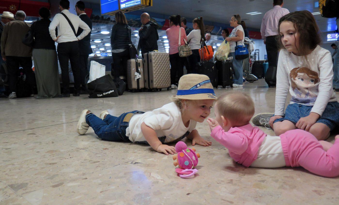 מחכים למזוודות