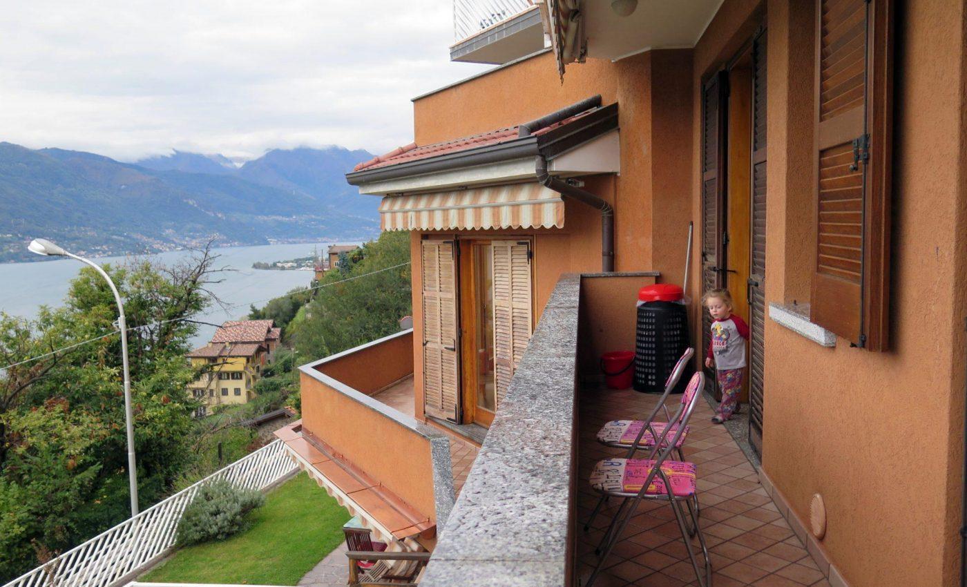 מרפסת הדירה על אגם קומו