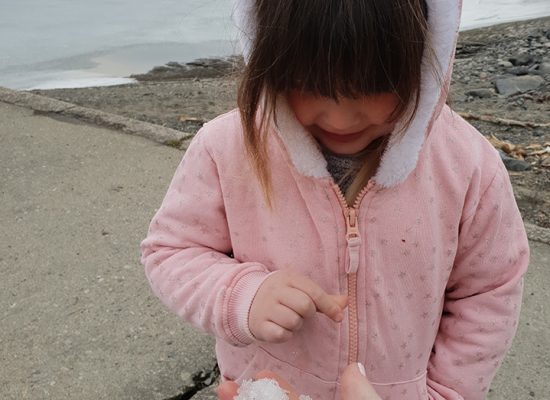 ילדה בני ברקית נוגעת פעם ראשונה בשלג