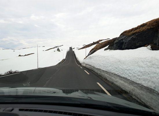 נוסעים בין קירות של שלג