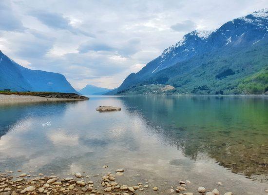 אגם מדהים בדרך