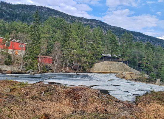 תופעות טבע מדהימות, נהר זורם עם בלוקים של קרח