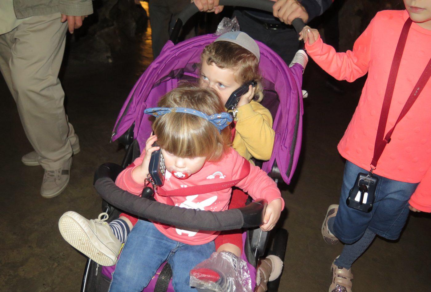 גם הקטנים נהנים להקשיב להסברים בעברית