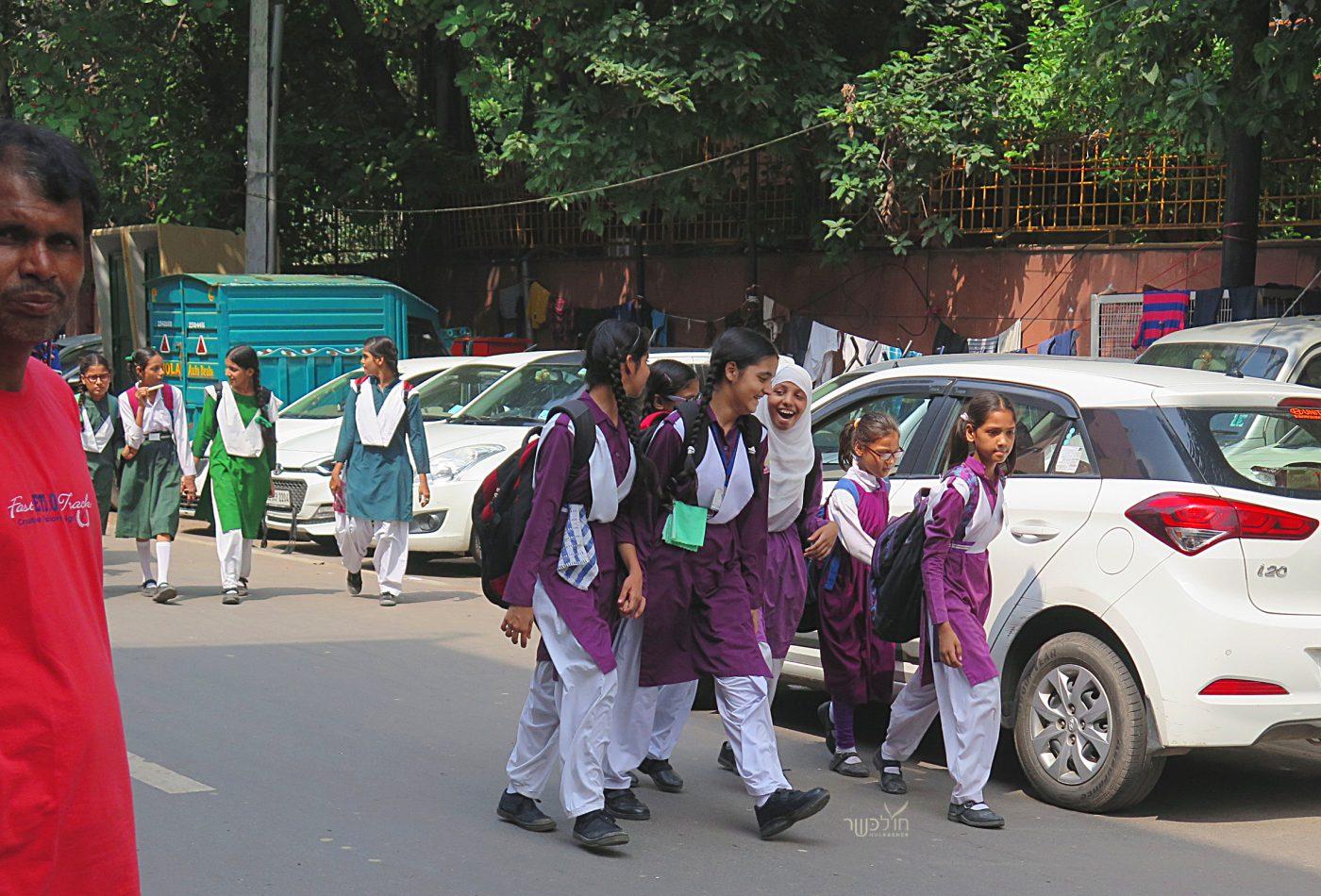 ילדות חוזרות מבית הספר