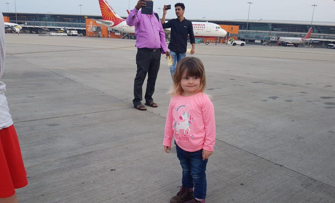 6 בבוקר טסים לדרמסאלה, ההודים מצלמים אותנו...והמטוס הקטן...