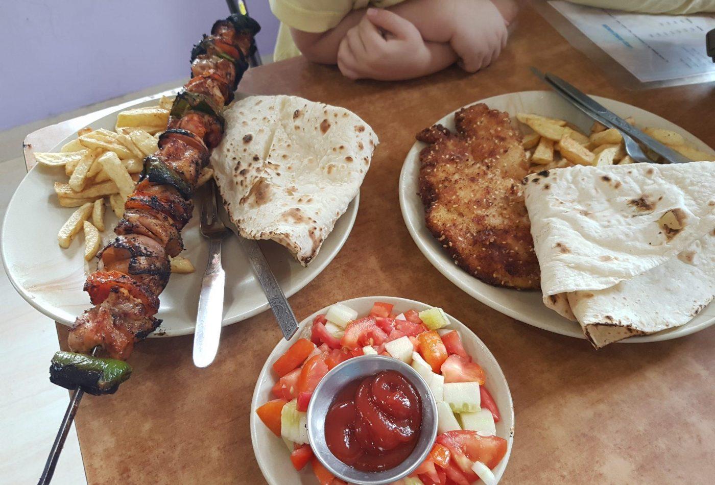ארוחת צהריים בבית חבד דרמקוט