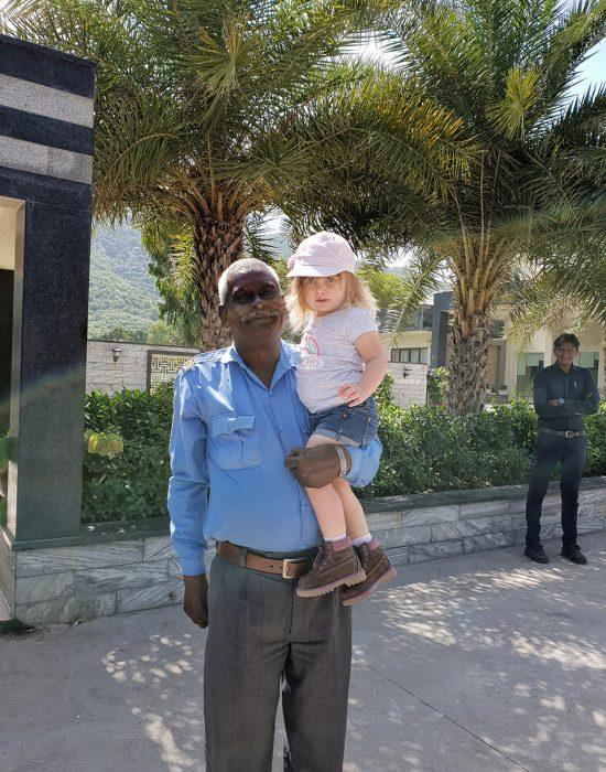 כולם רוצים תמונה איתה... השומר במלון