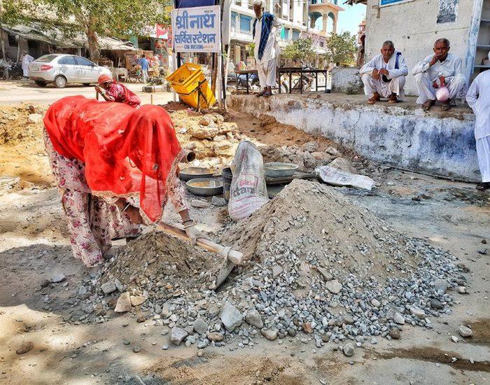 בהודו האשה בונה כביש והגברים מסתכלים...