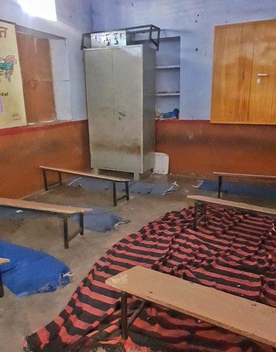 כיתת לימוד בהודו. בלי שולחנות, כסאות, אור או מיזוג.
