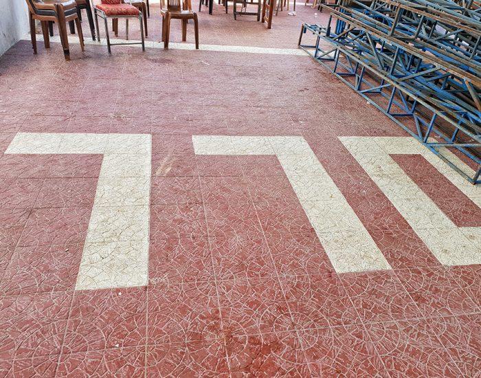 כדי לבנות את הסוכה הזיזו את כל השולחנות והתגלתה הרצפה המיוחדת בבית חב''ד