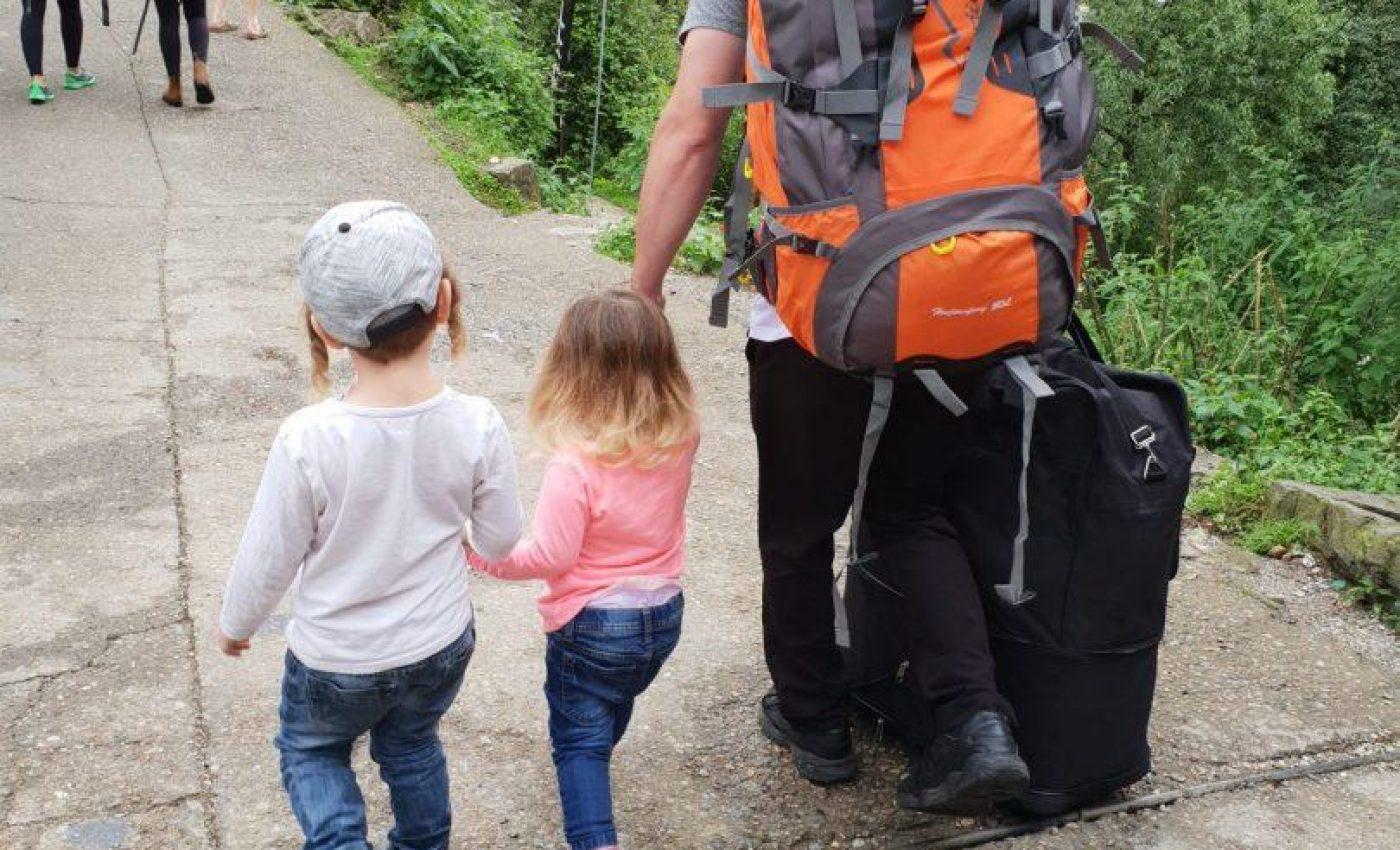 מזוודה ביד אחת ילדים ביד שניה ומוצילה