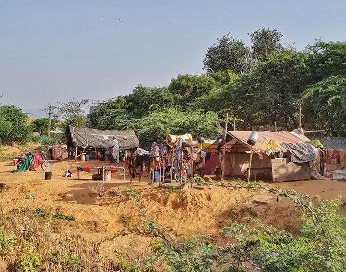אנשים גרים באוהלים במדבר, ללא מיזוג וללא מים זורמים