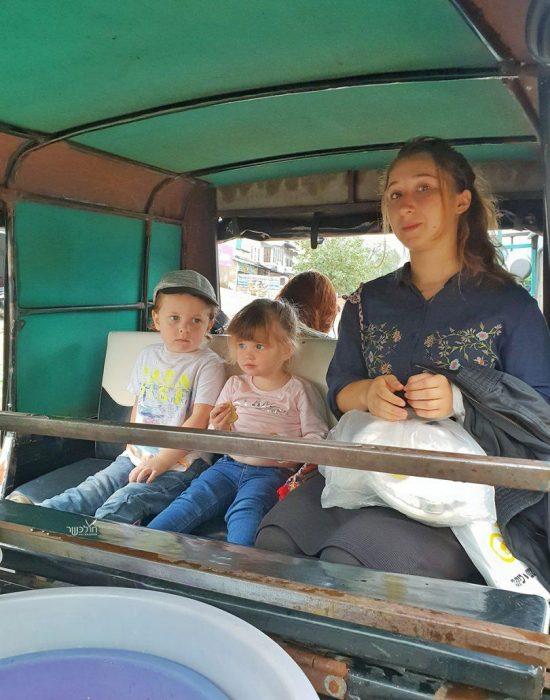 הילדים נוסעים לגם עם הגננת