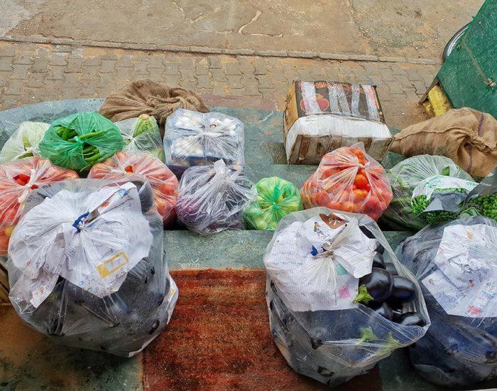 ערב חג בבית חב''ד, משלוח של ירקות על הסף