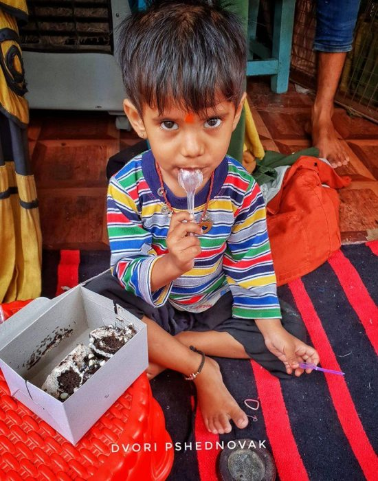 ילד ששפר עליו מזלו, מלקק עוגה