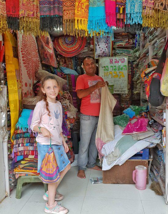 קונה צעיף פשמינה בשוק