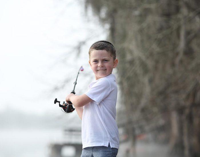 ילד דג דגים בפלורידה