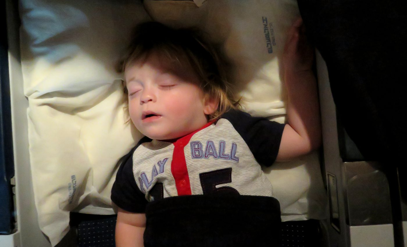 ישן במטוס