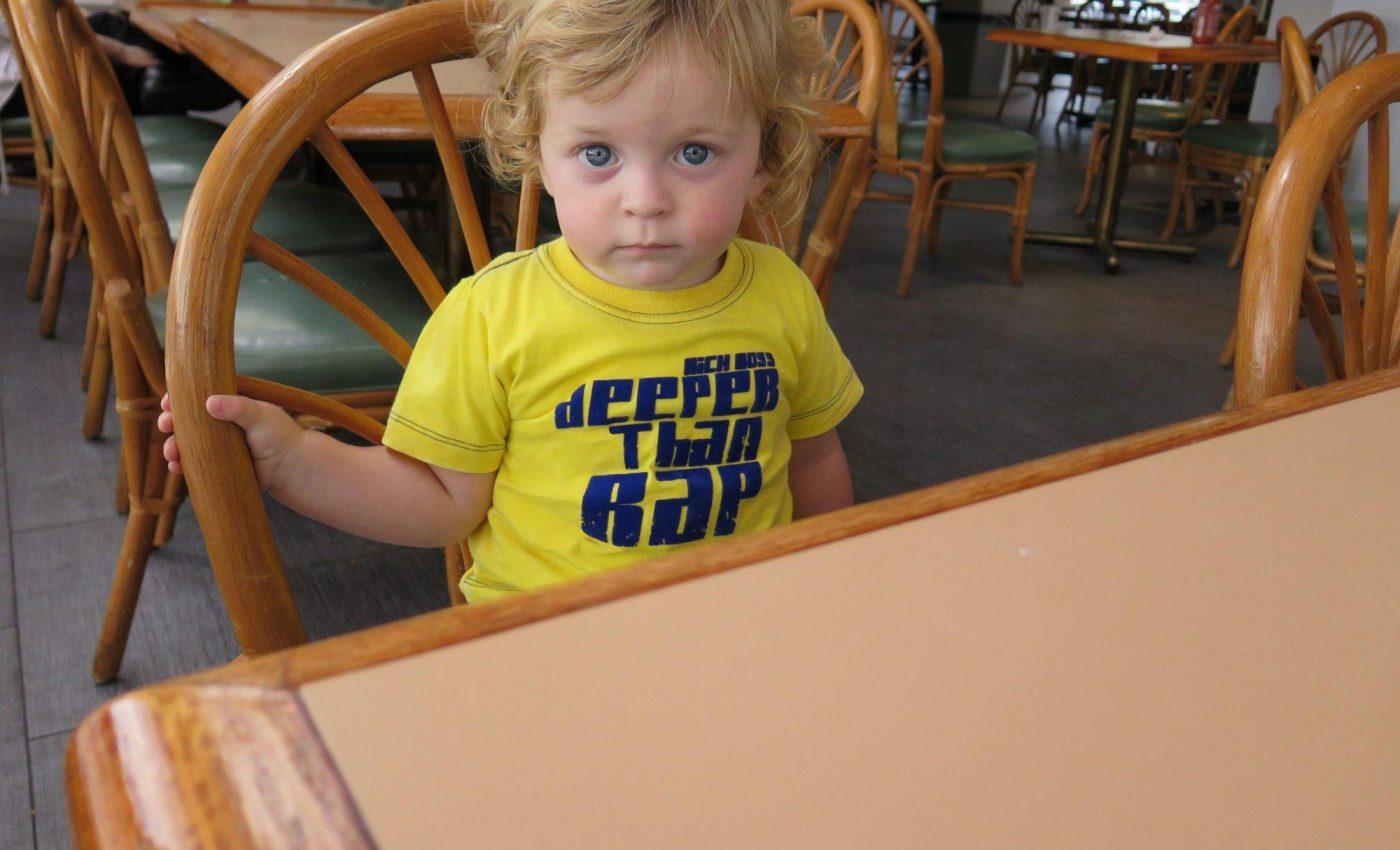 מחכים לאוכל במסעדת חב''ד