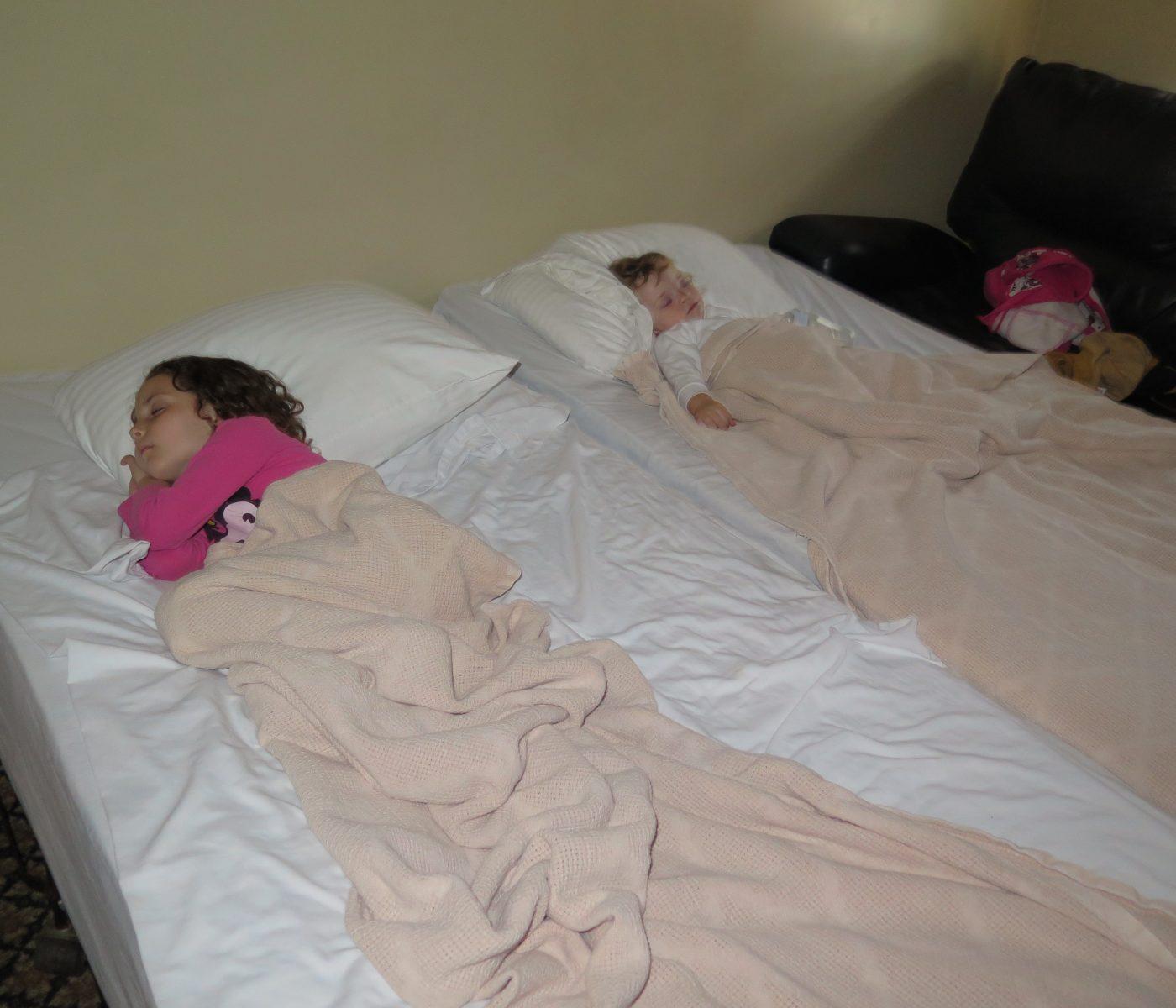 הסלון במלון פארק האוס והילדים המותשים מהטיסות והטיולים.צוברים כח לחתונה הגדולה