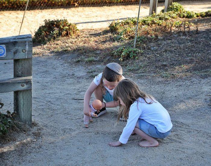 ומה שהילדים עושים כשאנחנו משוחחים