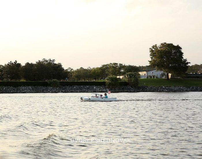 סירות בצורת מכוניות וינטג'