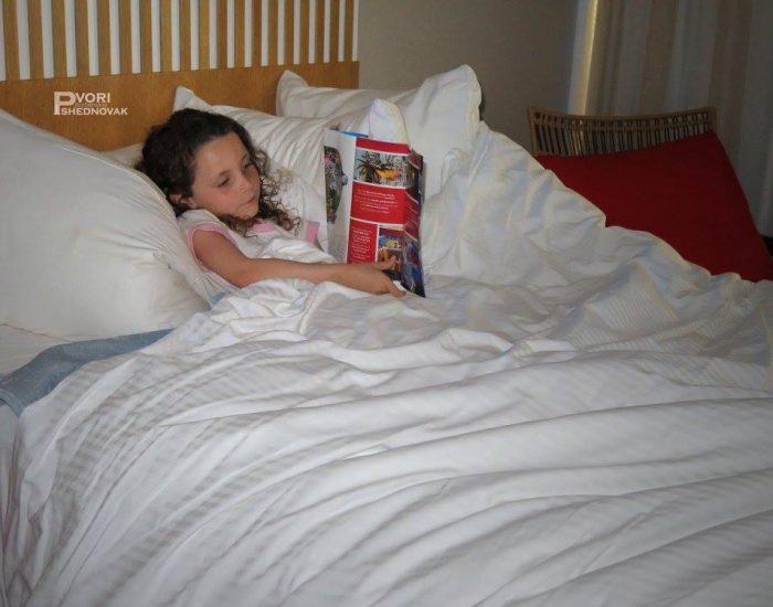 הולכת לישון בציפיה לקראת הטיול לדיסנילנד