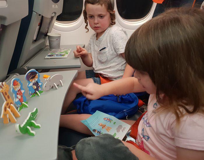 הילדים מקבלים במטוס תיק חמוד ותעסוקה