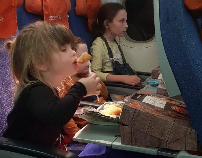 רק יעל הסכימה אכול את האוכל במטוס