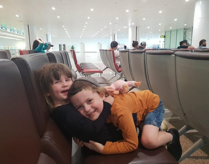 הילדים מאושרים ומשתוללים אחרי הנחיתה בויאטנם
