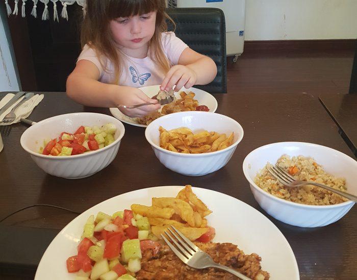 ארוחה טריה וחמה בבית חב''ד האנוי