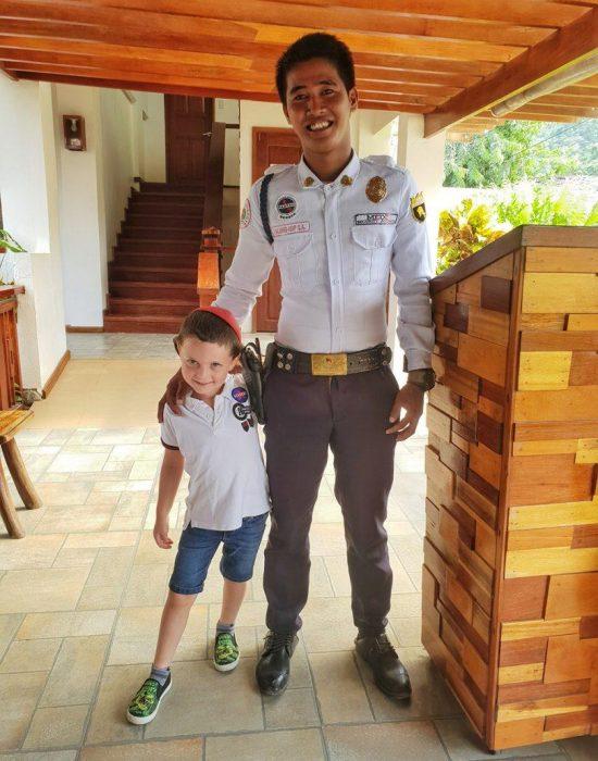 יהונתן עם השומר של המלון כי יעל אמרה שיש לו חולצה של שוטר...
